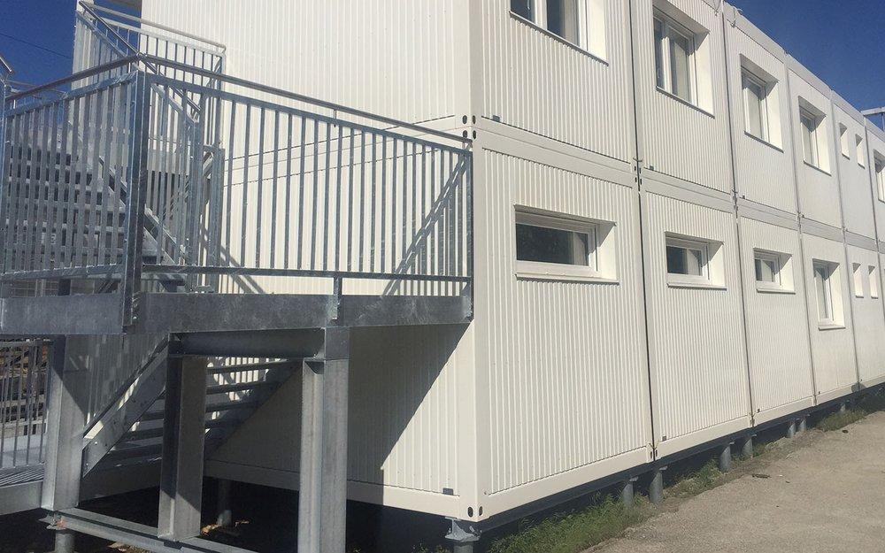 Temporärer Bürocontainer auf Schraubfundamente
